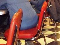 Enge Stühle ein Problem für dicke Menschen